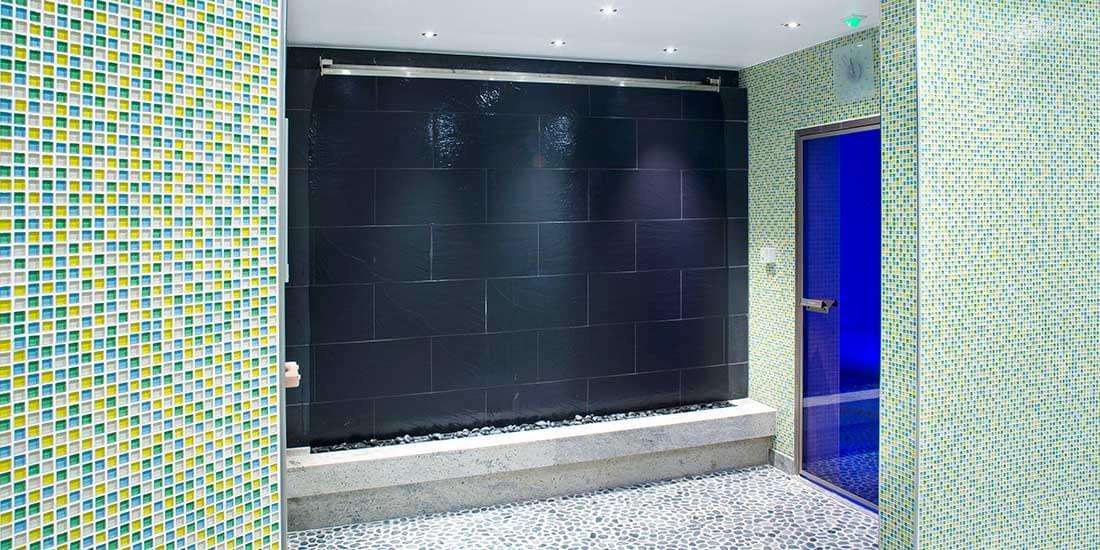 Ściana wodna dekoracja wnętrz łazienka na lotnisku
