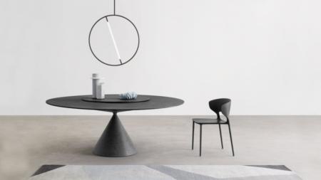 Minimalistyczny, okrągły stół na jednej nodze Clay Desalto