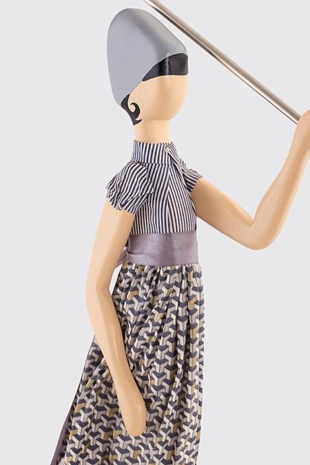 Szara lampka dekoracyjna kobieta z parasolem Francis Skitso