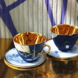 Biało-niebieski zestaw filiżanka i spodek złoto Grafik