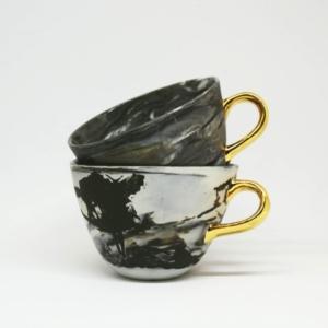 Duża porcelanowa filiżanka Magma ze złotym uchem