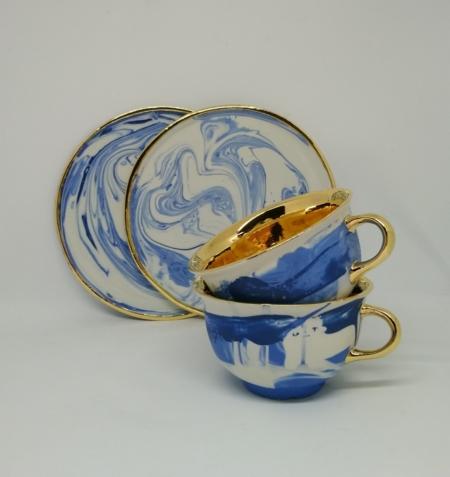 Niebiesko-biała filiżanka do kawy ze złotym wnętrzem