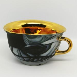 Porcelanowa filiżanka ze złotym wnętrzem