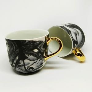 Porcelanowy kubek Grafik czarny ze złotym uchem