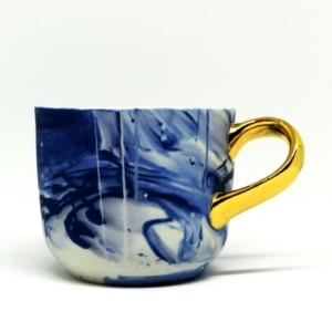 Porcelanowy kubek Grafik niebieski ze złotym uchem