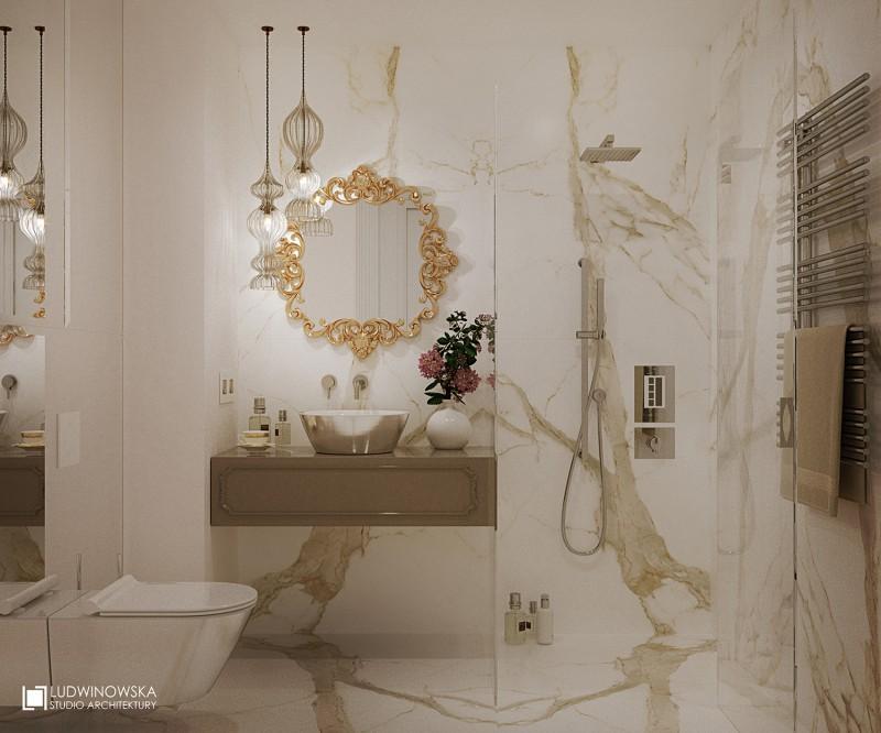 Złoto i kamień w jasnej łazience