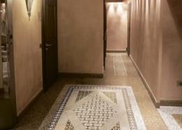 Beżowy hol wykończony podłogową mozaiką