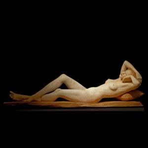 Drewniana rzeźba Leżąca Kobieta Małgorzata Chodakowska