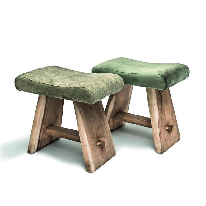 Drewniany taboret z tapicerowanym siedziskiem