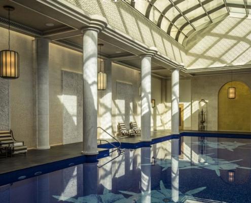 Duży basen wykończony kwiecistą mozaiką