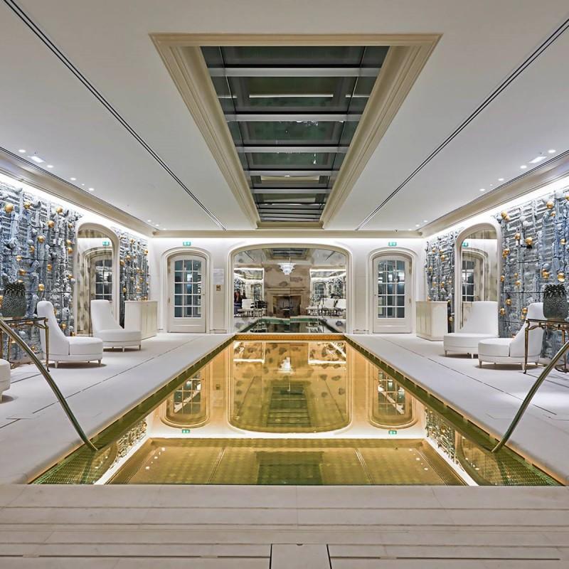 Ekskluzywny basen wewnętrzny wykończony złotą mozaiką