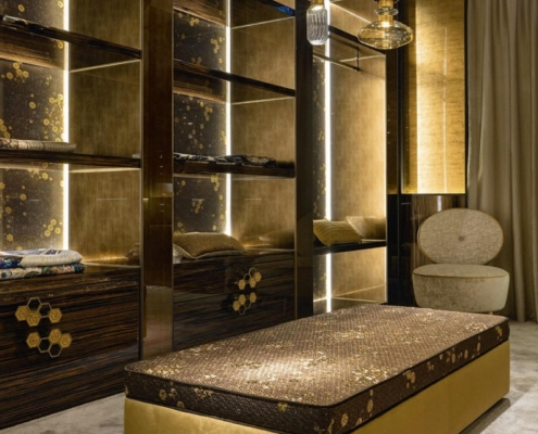 Garderoba w drewnie i złocie