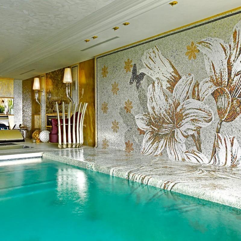 Kwiecista mozaika ozdobna wieńcząca basen