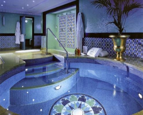 Niebieski basen wykończony mozaiką