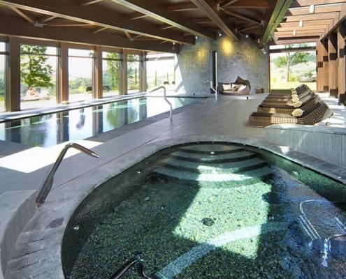 Nowoczesny basen wewnętrzny wykończony mozaiką