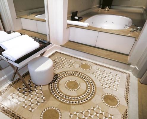 Pokój kąpielowy z beżową mozaiką