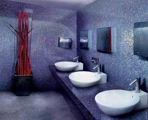 Publiczna łazienka w niebieskiej mozaice