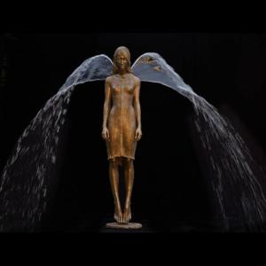 Rzeźba fontanna z brązu Engel Małgorzata Chodakowska