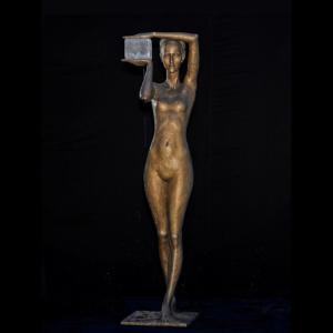 Rzeźba fontanna z brązu Frau mit Eis Małgorzata Chodakowska