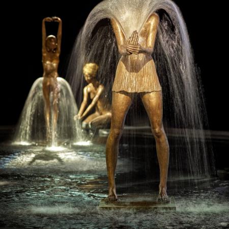 Rzeźba fontanna z brązu Frau mit Faecher Małgorzata Chodakowska