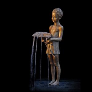 Rzeźba fontanna z brązu Maedchen mit Blatt Małgorzata Chodakowska