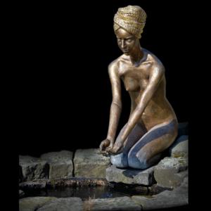 Rzeźba fontanna z brązu kobieta nad wodą Małgorzata Chodakowska