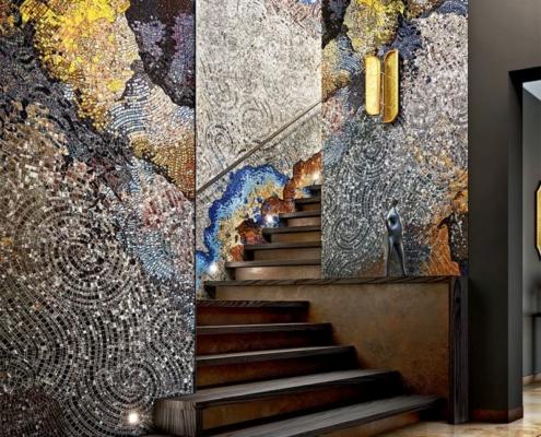 WieIobarwna mozaika wykańczająca klatkę schodową