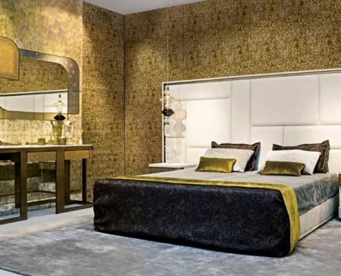 Złota mozaika ścienna w sypialni