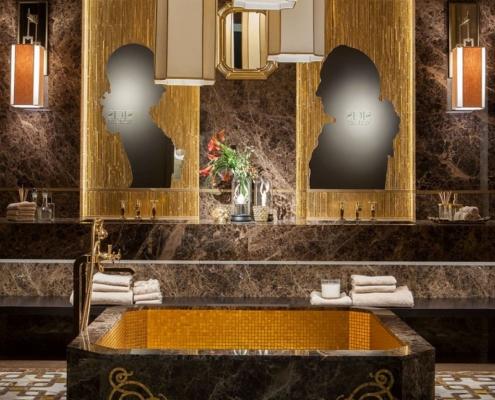 Złoto i brąz w pokoju kąpielowym