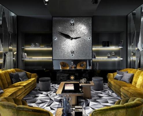 Zegar wykończony srebrną mozaiką w salonie