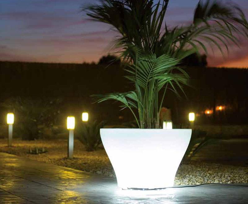 Oświetlenie w ogrodzie donica
