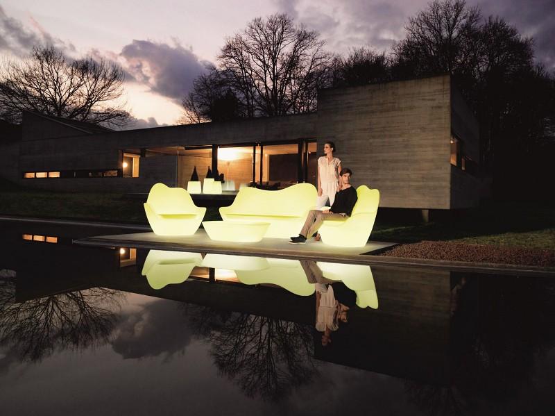 Oświetlenie w ogrodzie podświetlane meble