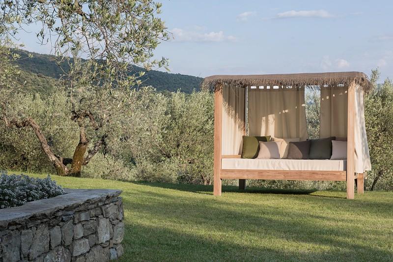 Nowoczesne meble ogrodowe z drewna łóżka