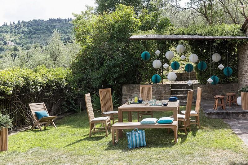 Nowoczesne meble ogrodowe z drewna stół i krzesła