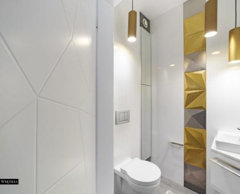 Aranżacja biało-złotej toalety
