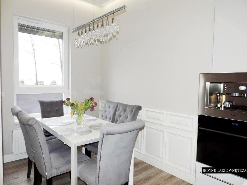 Aranżacja salonu z kuchnią glamour