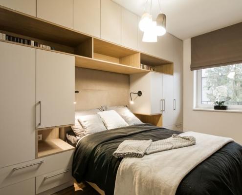 Aranżacja sypialni z nowoczesną zabudową