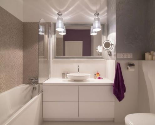 Biało-szara łazienka w stylu glamour