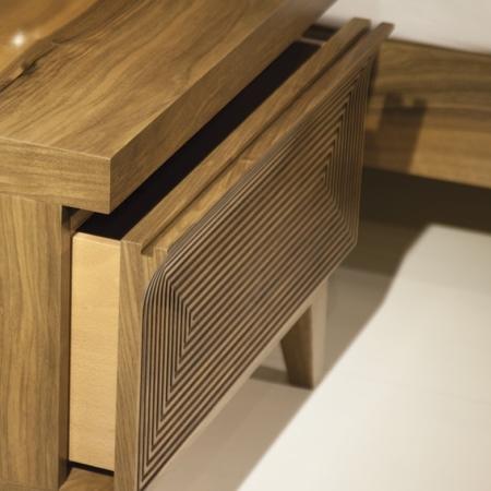 Drewniana szafka nocna z frezowanym frontem Raja