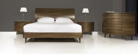 Drewniane łóżko z wezgłowiem Next