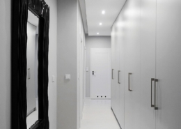 Garderoba w długim przedpokoju