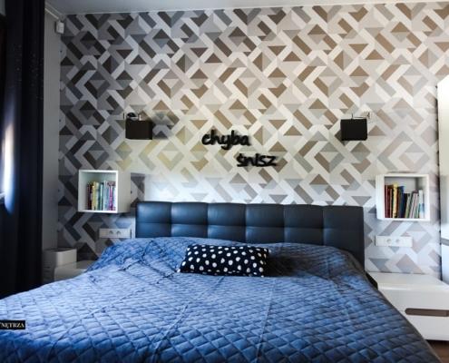 Jasna sypialnia z tapetą dekoracyjną