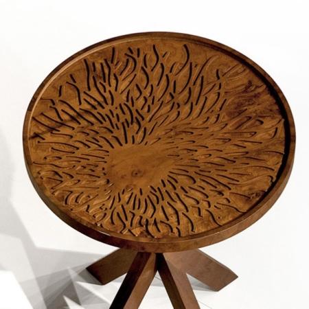 Okrągły stolik pomocniczy z rzeźbionym blatem Dali