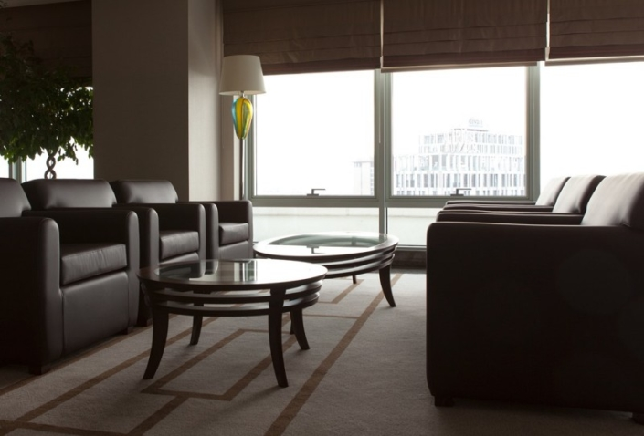 Owalny stolik kawowy w stylu nowojorskim Newyorker