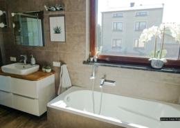 Podłużna łazienka z wanną
