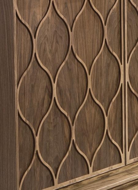 Szeroka komoda drewniana z ozdobnymi frontami Tulip