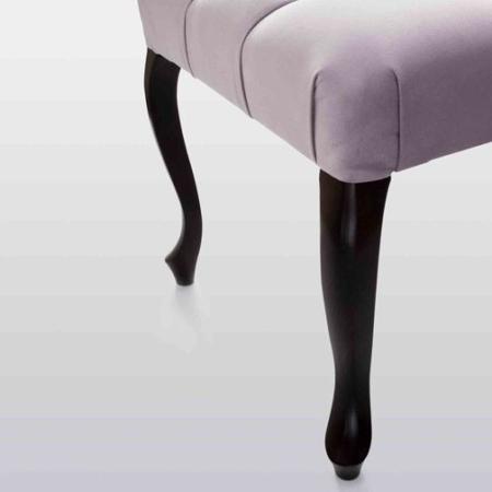Tapicerowana ławka z pikowanym siedziskiem