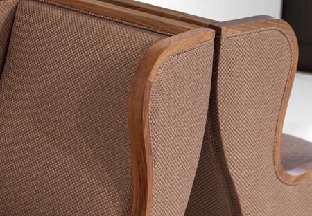 Tapicerowany fotel wykończony drewnem Seven