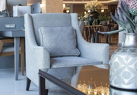 Tapicerowany fotel z wysokim oparciem Moza