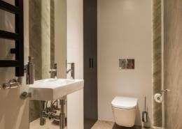 Aranżacja toalety w naturalnych barwach